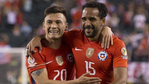 Chilští fotbalisté Charles Aranguiz (vlevo) Jean Beausejour.