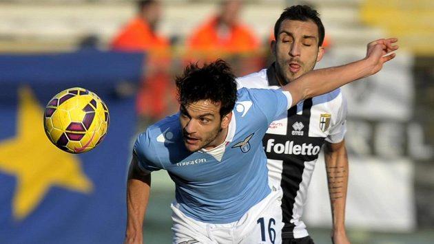 Francesco Lodi z Parmy (vpravo) bojuje o míč s Markem Parolem z Lazia Řím.