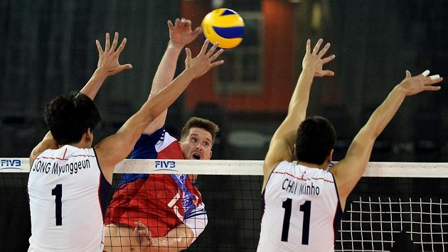 V utkání Světové ligy volejbalistů v Liberci útočí přes korejský dvojblok Jan Štokr.