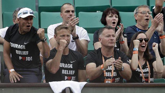 Jiří Vaněk (druhý zleva vpředu) s dalšími členy realizačního týmu Petry Kvitové při utkání s Julií Boserupovou z USA.