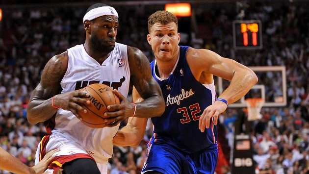 LeBron James (vpravo) z Miami Heat se snaží prosadit přes Blakea Griffina z Los Angeles Clippers.