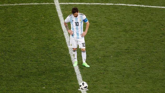 Argentinec Lionel Messi rozehrává míč po inkasovaném gólu v duelu s Chorvatskem.