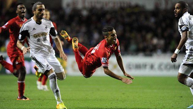 Chico Flores (vlevo) ze Swansea a záložník Liverpoolu Philippe Coutinho (uprostřed).