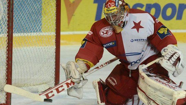 Brankář Slavie Dominik Furch se snaží hokejkou zastavit puk v derby se Spartou.