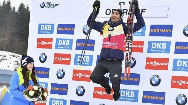 Martin Fourcade si radostně vyskočil na stupně vítězů po stíhačce v Oberhofu.