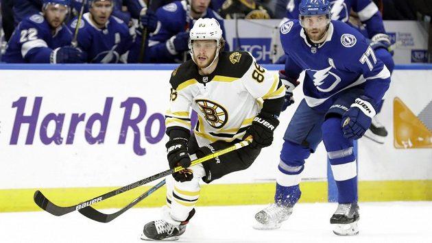 Obránce Tampy Victor Hedman (vpravo) si útočníka Bostonu a nejlepšího střelce celé NHL Davida Pastrňáka pečlivě hlídal.