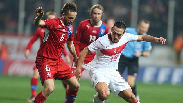 Tomáš Sivok (vlevo) střeží Erdinga Mevlüta z Turecka.
