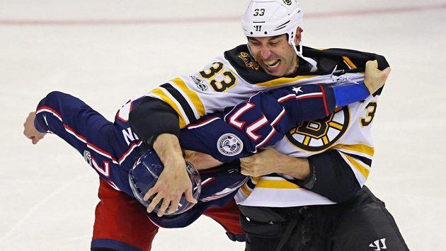Slovenský obránce Bostonu (33) zpracovává soupeře v bitce. Tento souboj s ním prohrál Josh Anderson z Columbusu.