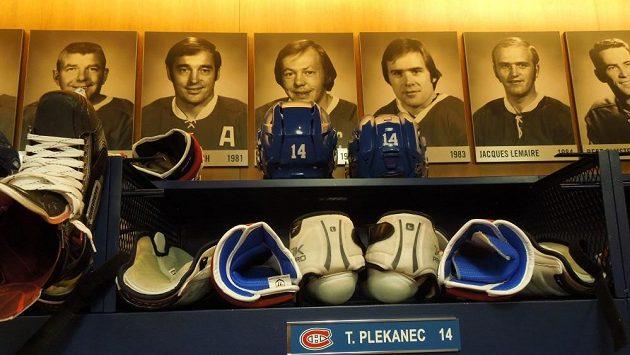 Legendy Habs pohlížejí ze stěn šatny montrealských hokejistů. Ilustrační snímek.