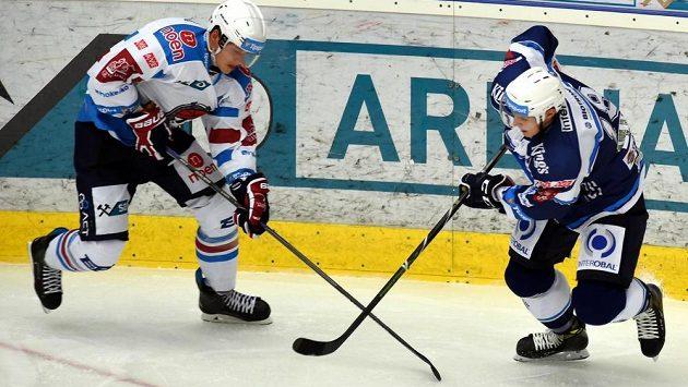 Zleva chomutovský David Kämpf a Dominik Kubalík z Plzně.