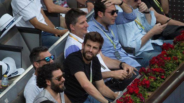 Barcelonská hvězda Gerard Piqué v lóži na turnaji v Madridu. Hodně aktivní je i v zákulisí.