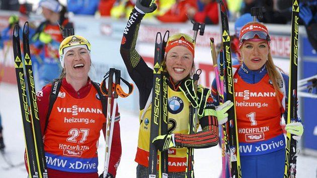 Laura Dahlmeierová uprostřed, vpravo Gabriela Koukalová.