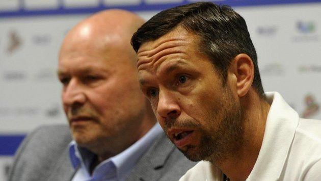 Trenér Viktorie Miroslav Koubek (vlevo) a Pavel Horváth, který se v Plzni stal hrajícím asistentem.