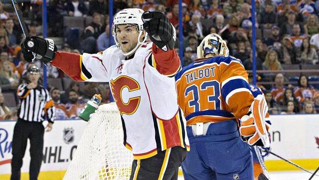 Útočník Calgary Michael Frolík se raduje z gólu proti Edmontonu.