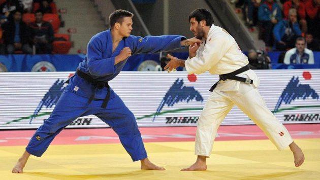 Judista Jakub Ječmínek (vlevo) prohrál na MS v Astaně ve 2. kole s Mansurem Isajevem z Ruska.