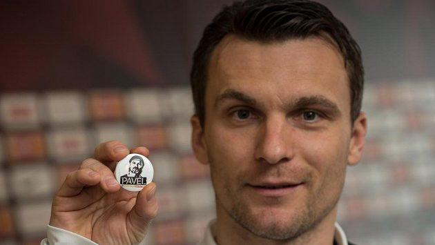 Kapitán David Lafata s odznakem portétu Pavla Srníčka.
