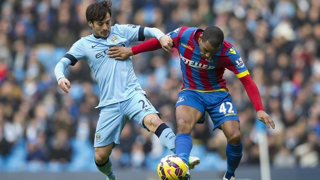 Záložník Manchesteru City David Silva (vlevo) v souboji se středopolařem Jason Puncheon z týmu Crystal Palace.