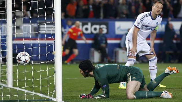Brankář Chelsea Petr Čech inkasoval gól od argentinského útočníka ve službách PSG Ezequiela Lavezziho (není na snímku).