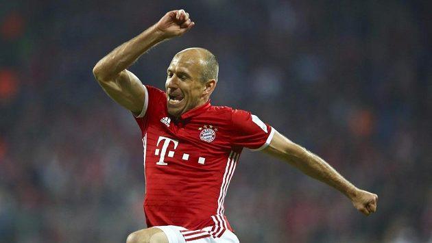 Opora Bayernu Arjen Robben se raduje z gólu proti Hertě.