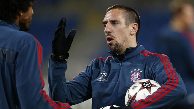 Franck Ribéry (vpravo), jedna z hvězd Bayernu Mnichov, hovoří na tréninku mužstva v Plzni s obráncem Dantem.