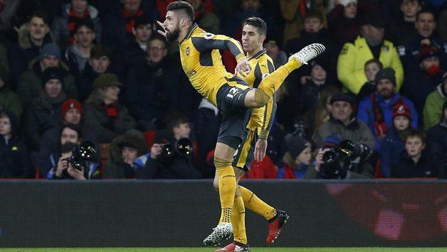 """Útočník Arsenalu Olivier Giroud (vpředu) se raduje z vyrovnávacího gólu na hřišti Bournemouthu. Při oslavě připomněl """"škorpióna"""" z Nového roku."""