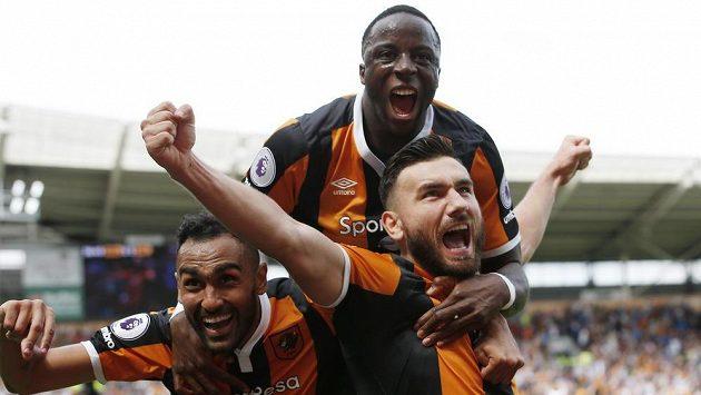 Robert Snodgrass (vpravo dole) z Hullu slaví vítězný gól proti Leicesteru.