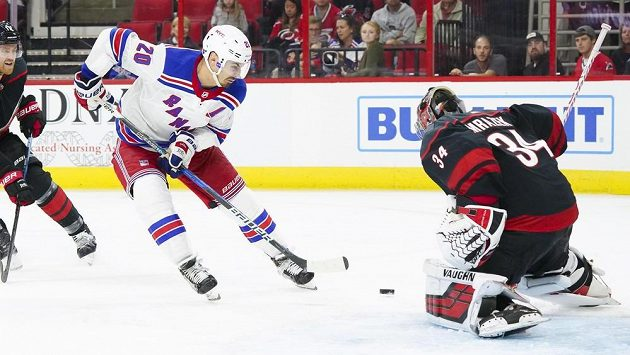 Chris Kreider z New York Rangers překonává brankáře Petra Mrázka z Caroliny.