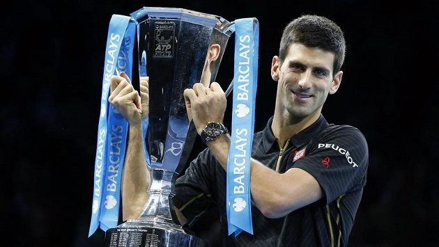 Světová tenisová jednička Novak Djokovič zvedá pohár pro vítěze Turnaje mistrů, finále vyhrál bez boje.