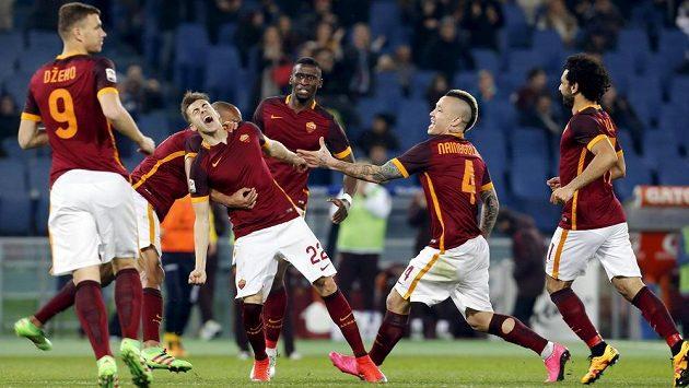 Záložník AS Řím Stephan El Shaarawy (třetí zleva) slaví se spoluhráči gól proti Frosinone.