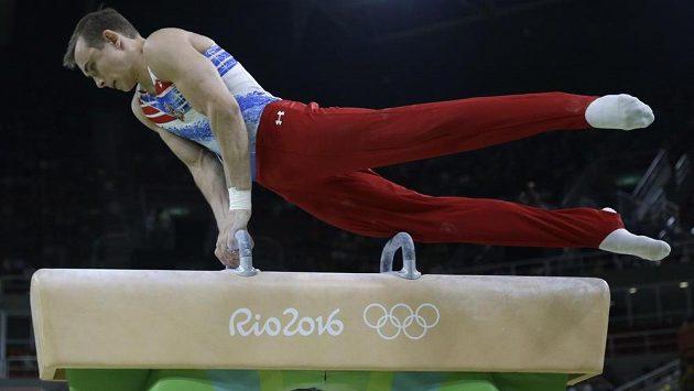 Český gymnasta David Jessen při cvičení na koni.