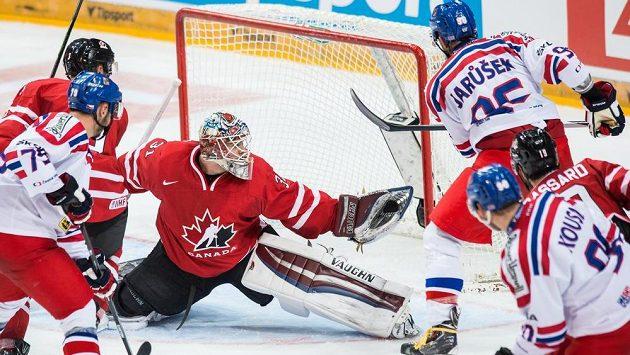 Kanadský brankář Calvin Pickard likviduje dorážku Richarda Jarůška během přípravného utkání v O2 areně - ilustrační foto.