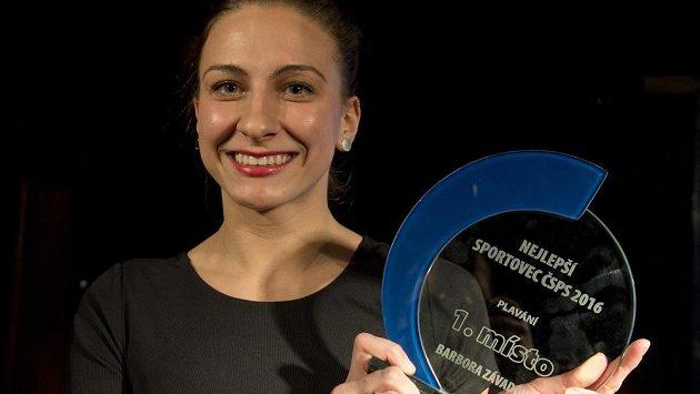 Polohovkářka Barbora Závadová s trofejí pro nejlepšího plavce uplynulé sezóny.