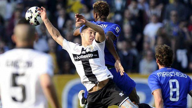Jose Mauri z Parmy (vpředu) v souboji o míč s Kingsleym Comanem z Juventusu.