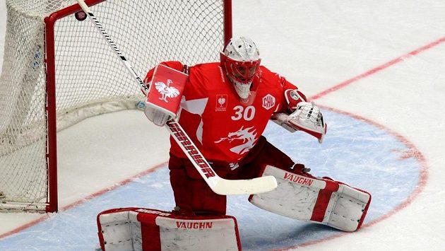 Třinecký brankář Šimon Hrubec inkasuje první branku v souboji s Jyväskylä.
