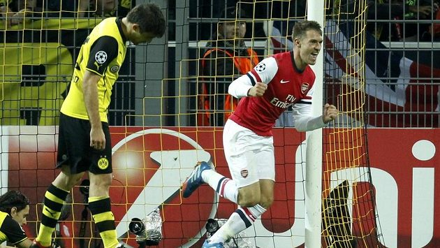 Aaron Ramsey (vpravo) z Arsenalu se raduje z gólu proti Dortmundu.