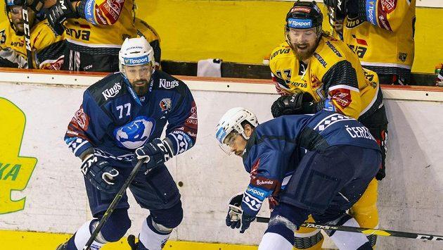Milan Gulaš z Plzně, Peter Čerešňák z Plzně a Lukáš Kašpar z Litvínova během utkání hokejové extraligy.
