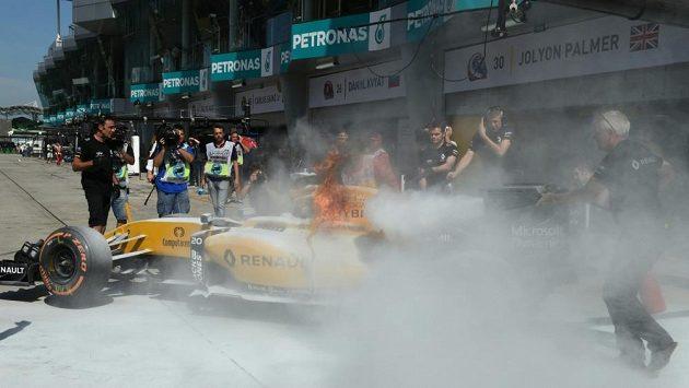 Vůz Renault Kevina Magnussena se v Sepangu ocitl v plamenech a úvodní měřený trénink byl na 15 minut zastaven.