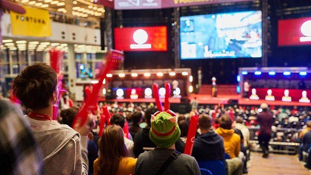 Na zaplněnou halu si fanoušci esportu budou muset ještě nějakou dobu počkat, nový split FIFA COOL ligy se odehraje online. Ilustrační foto