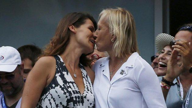"""Tenisová legenda Martina Navrátilová (vpravo) právě uslyšela vysněné """"ano"""" od své přítelkyně Julie Lemigovové."""