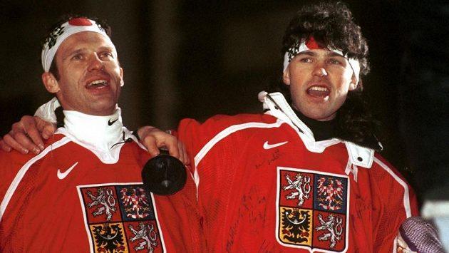 Dominik Hašek a Jaromír Jágr při oslavách olympijského zlata z Nagana 1998.