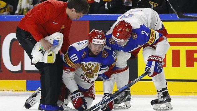 Ruský útočník Sergej Mozjakin se s dopomocí zvedá z ledu po zákroku Patricka Hagera, který vyfasoval trest na pět minut a do konce utkání.