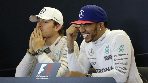 Lewis Hamilton s úsměvem od ucha k uchu, Nico Rosberg by podle výrazu na tiskové konferenci raději nebyl.