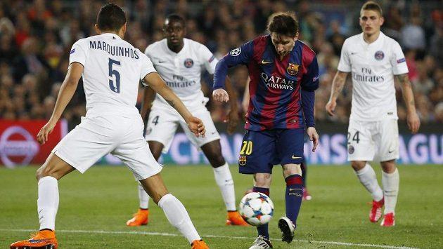 Lionel Messi bojuje s přesilou hráčů PSG v Champions League.