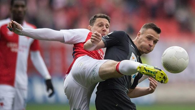 Obránce Slavie Jiří Bílek (vlevo) a jablonecký útočník Stanislav Tecl v souboji o míč. Na jaře už by mohli být spoluhráči.