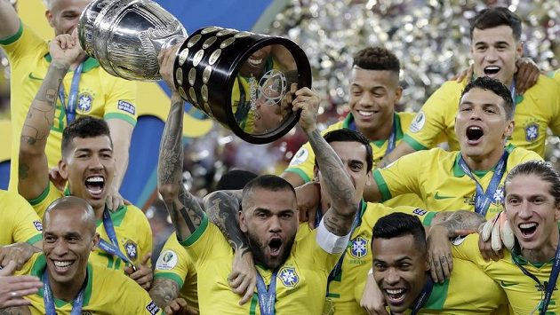 Brazilci slaví další triumf na Copě América. S pohárem nad hlavou je Dani Alves.