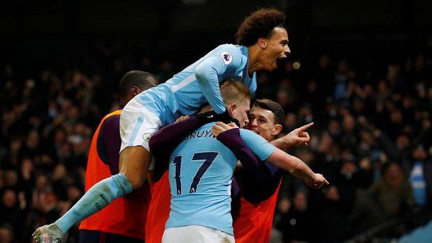 Záložník Manchesteru City Kevin de Bruyne (17) oslavuje se spoluhráči svůj gól do sítě Tottenhamu.