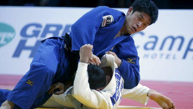 Japonec Toru Šišime (nahoře) na tatami v Paříži v souboji s Ilgarem Muškijevem z Ázerbájdžánu v kategorii do 60 kg.