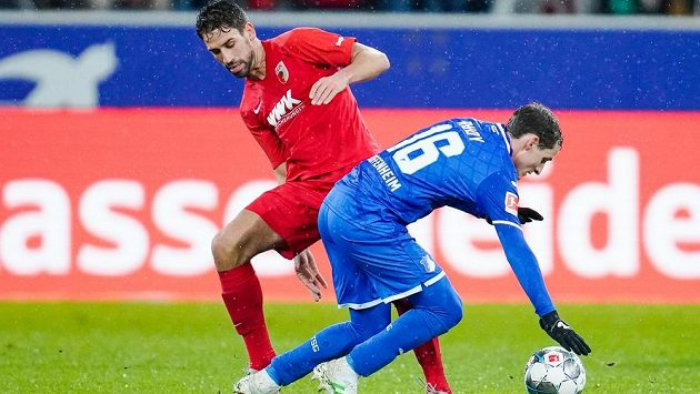 Sebastian Rudy (v modrém) z Hoffenheimu a Rani Khedira z Augsburgu.