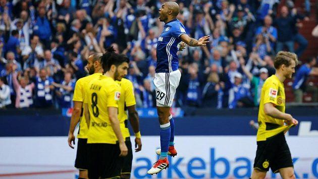 Stoper Schalke Naldo oslavuje svou trefu do sítě odvěkého rivala z Dortmundu. Vpředu zklamaní fotbalisté Borussie.