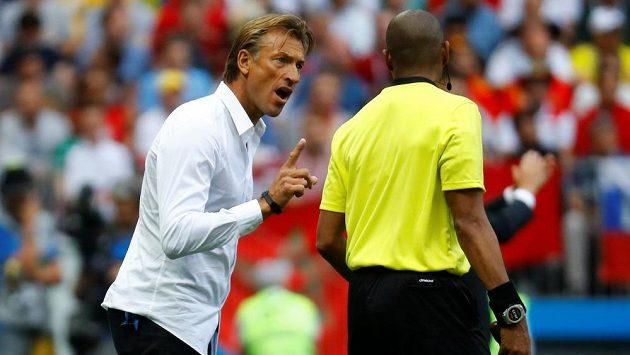 Marocký trenér Hervé Renard nebyl spokojený během duelu MS s Portugalskem s výrokem hlavního arbitra a neváhal na to asistenta na lajně náležitě upozornit.